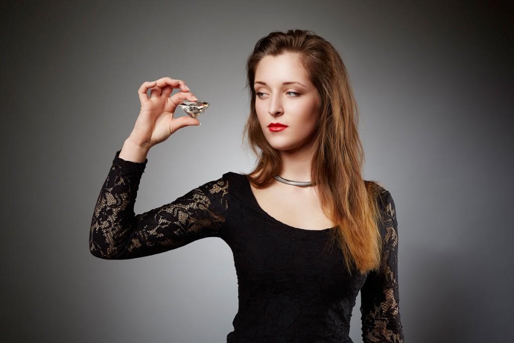 Kvinde med en stor diamant