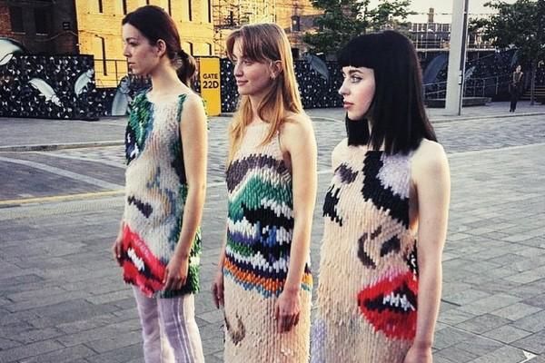 De her 3 kjoler er lavet af tusindvis af falske negle