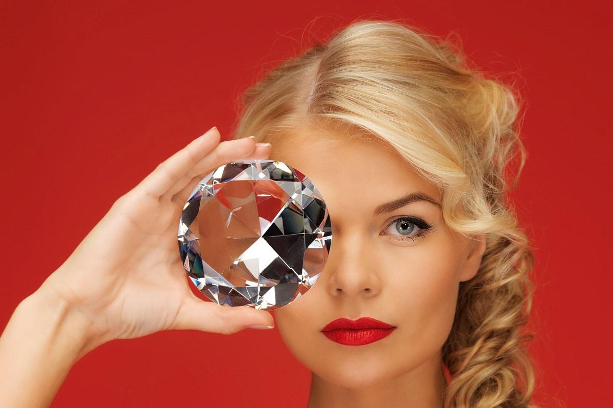 Dame med meget stor diamant