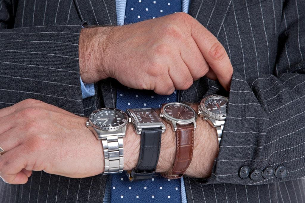 Mand med fire ure på armen