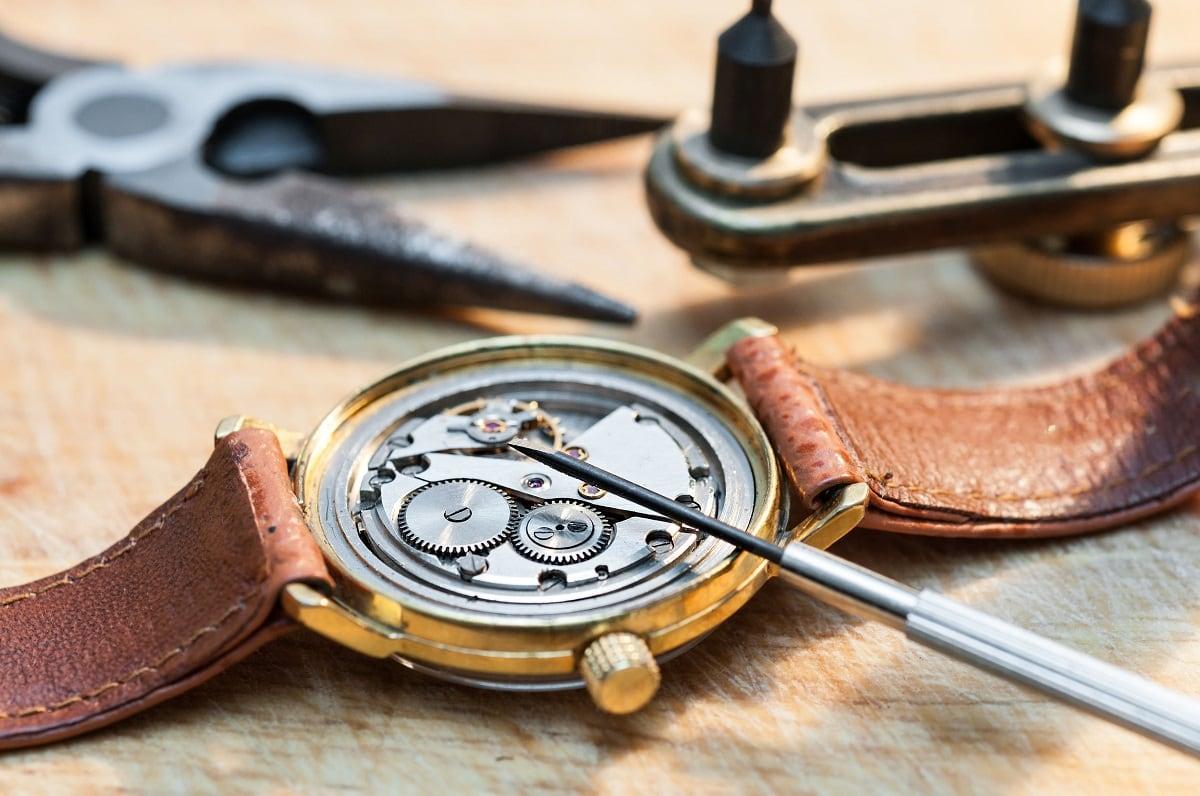 Vintage ur der bliver restaureret
