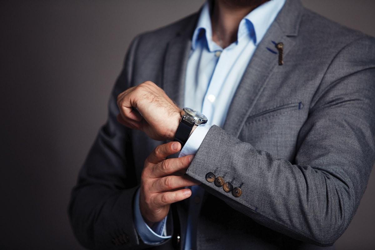 Mand der tager et armbåndsur på