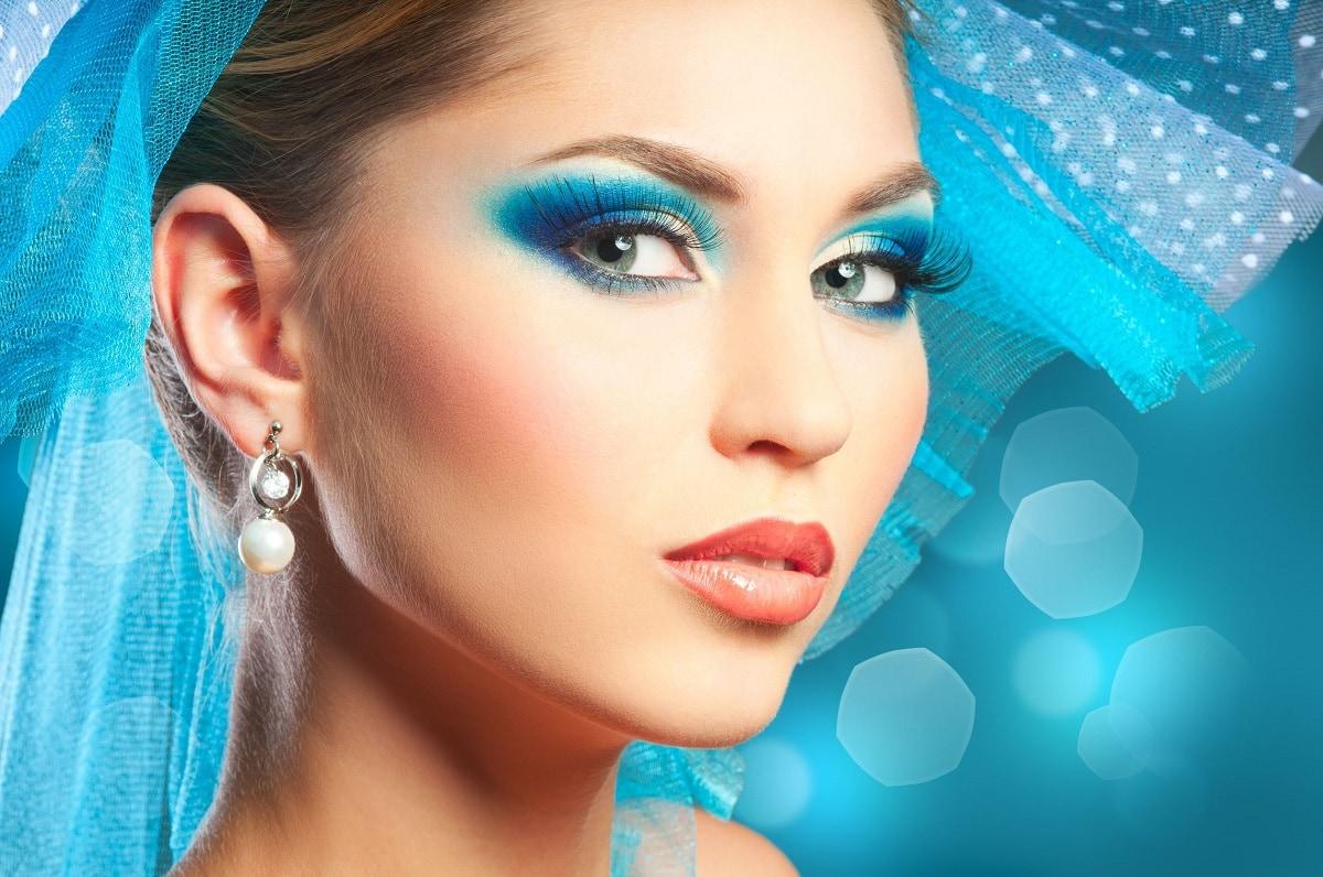 Kvinde med moderne øreringe