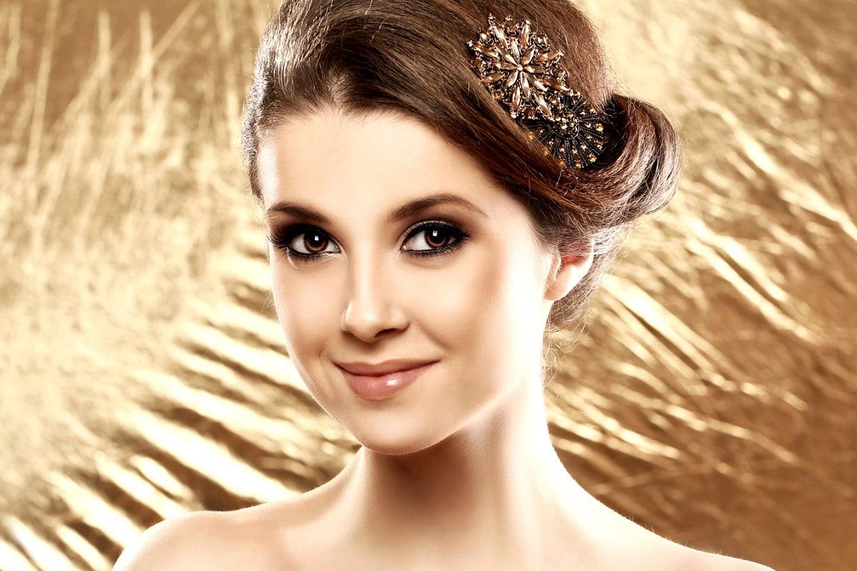 Kvinde med broche i håret