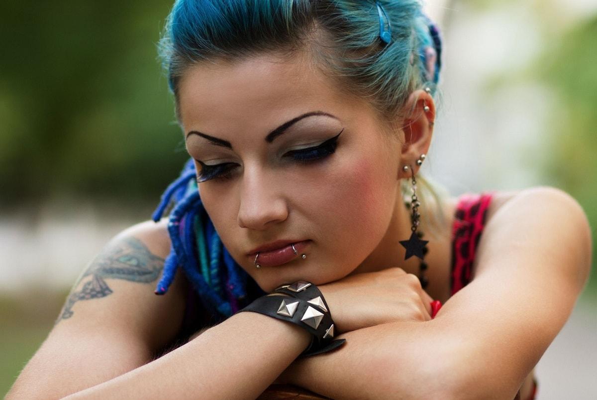 Piercet pige der er ked af det