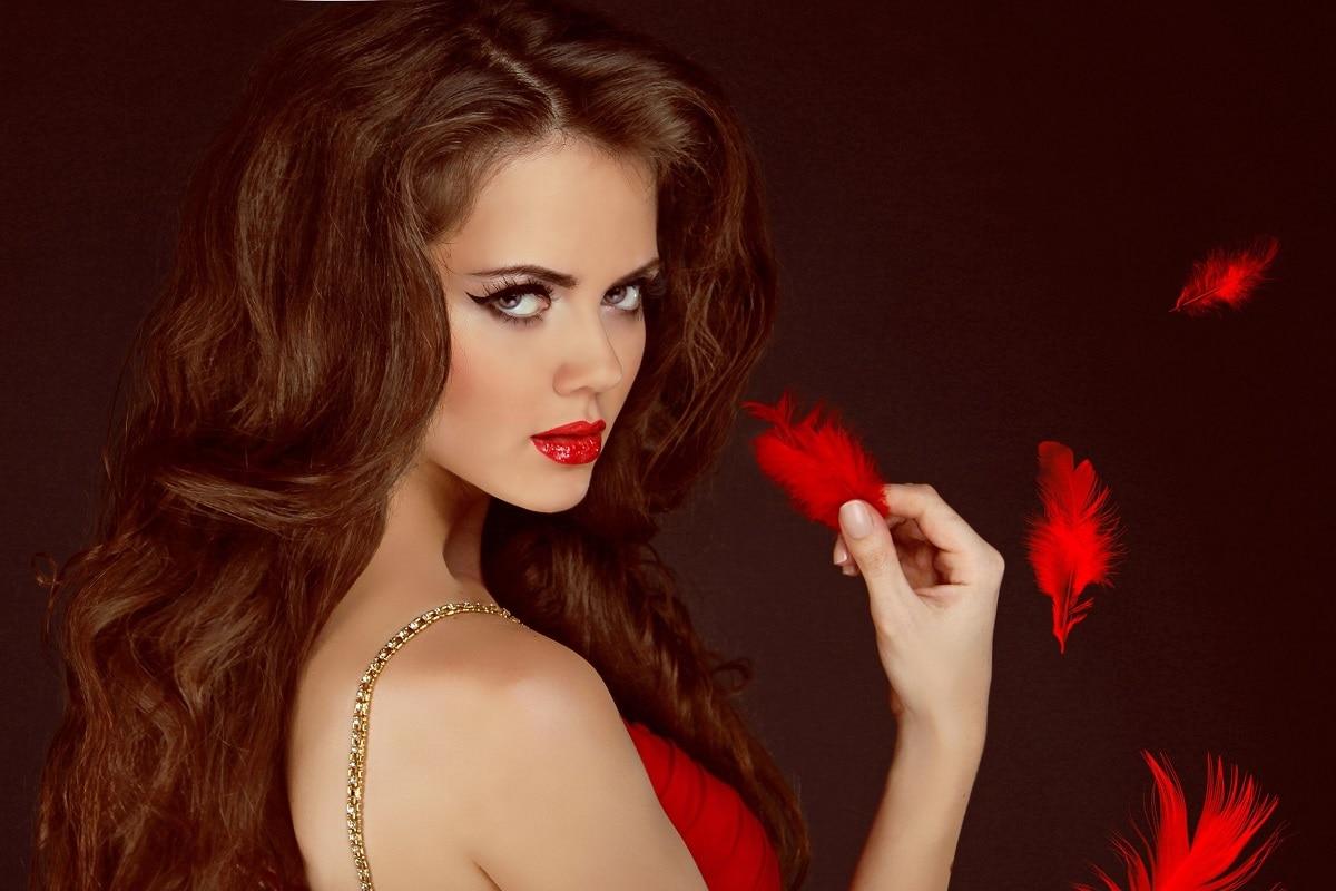 Kvinde i rød kjole med fjer