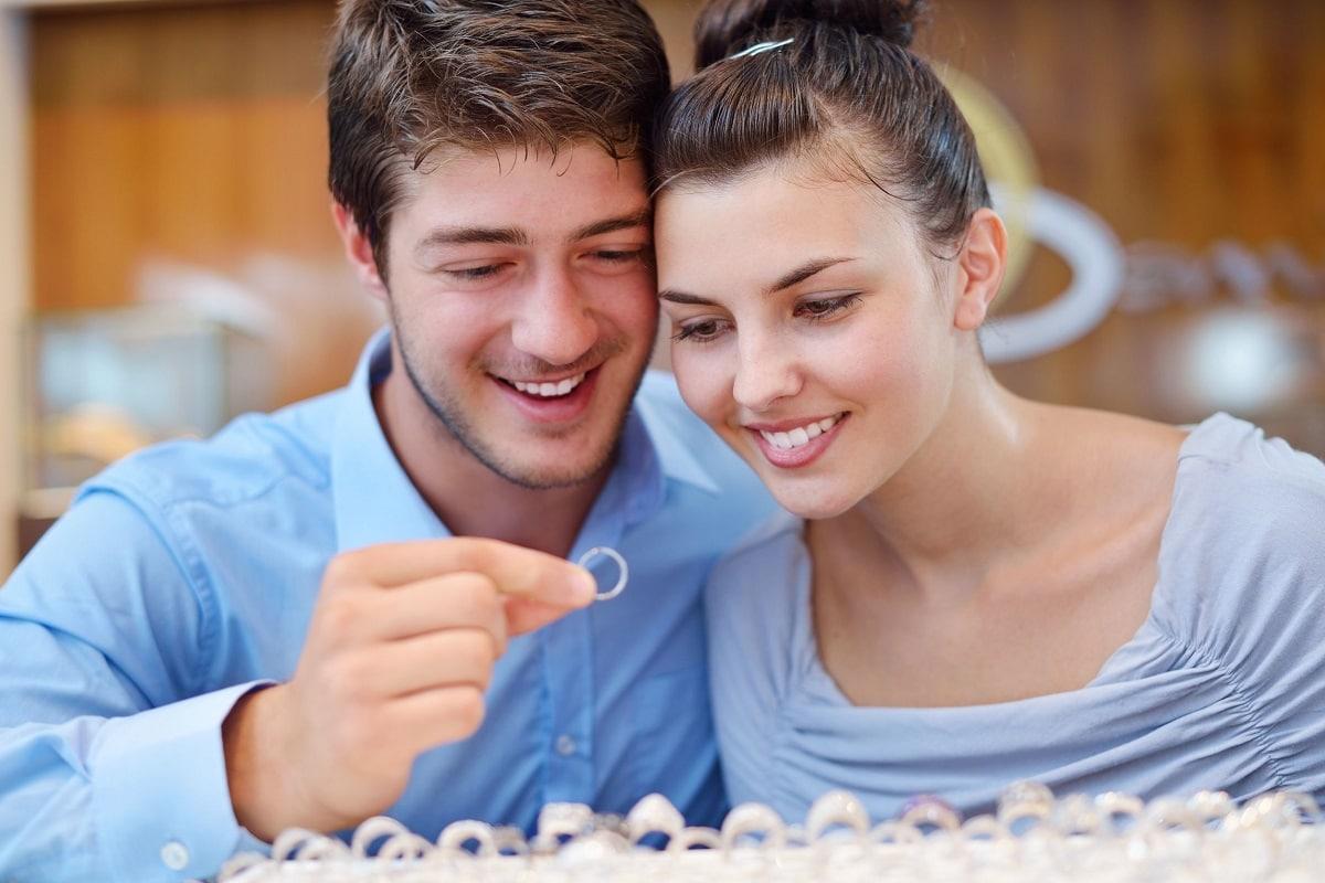 Par kigger på forlovelsesringe sammen