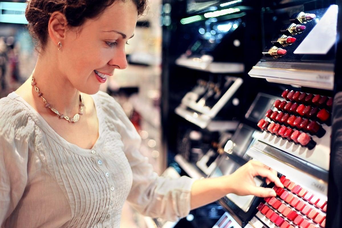 Kvinde kigger Chanel makeup