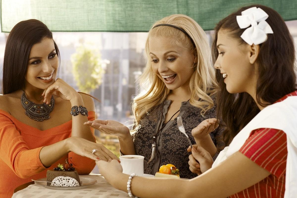 3 kvinder der beundrer en forlovelsesring