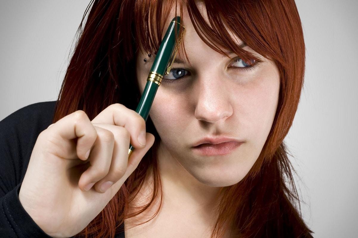 Tænkende pige med øjenbrynspiercing