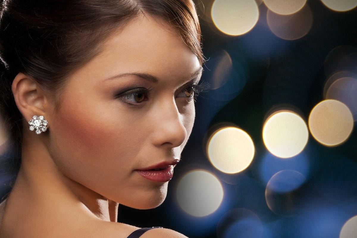Elegant kvinde med ørestikkere