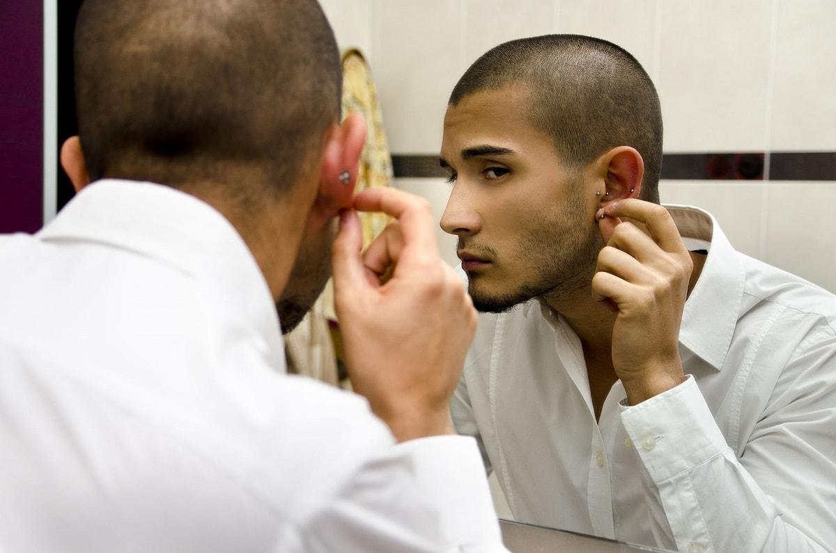 Mand checker sin ørering