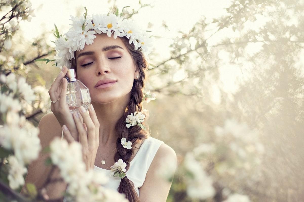Kvinde i naturen med parfume