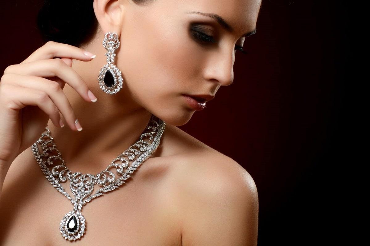 Kvinde med vintage øreringe og halskæde