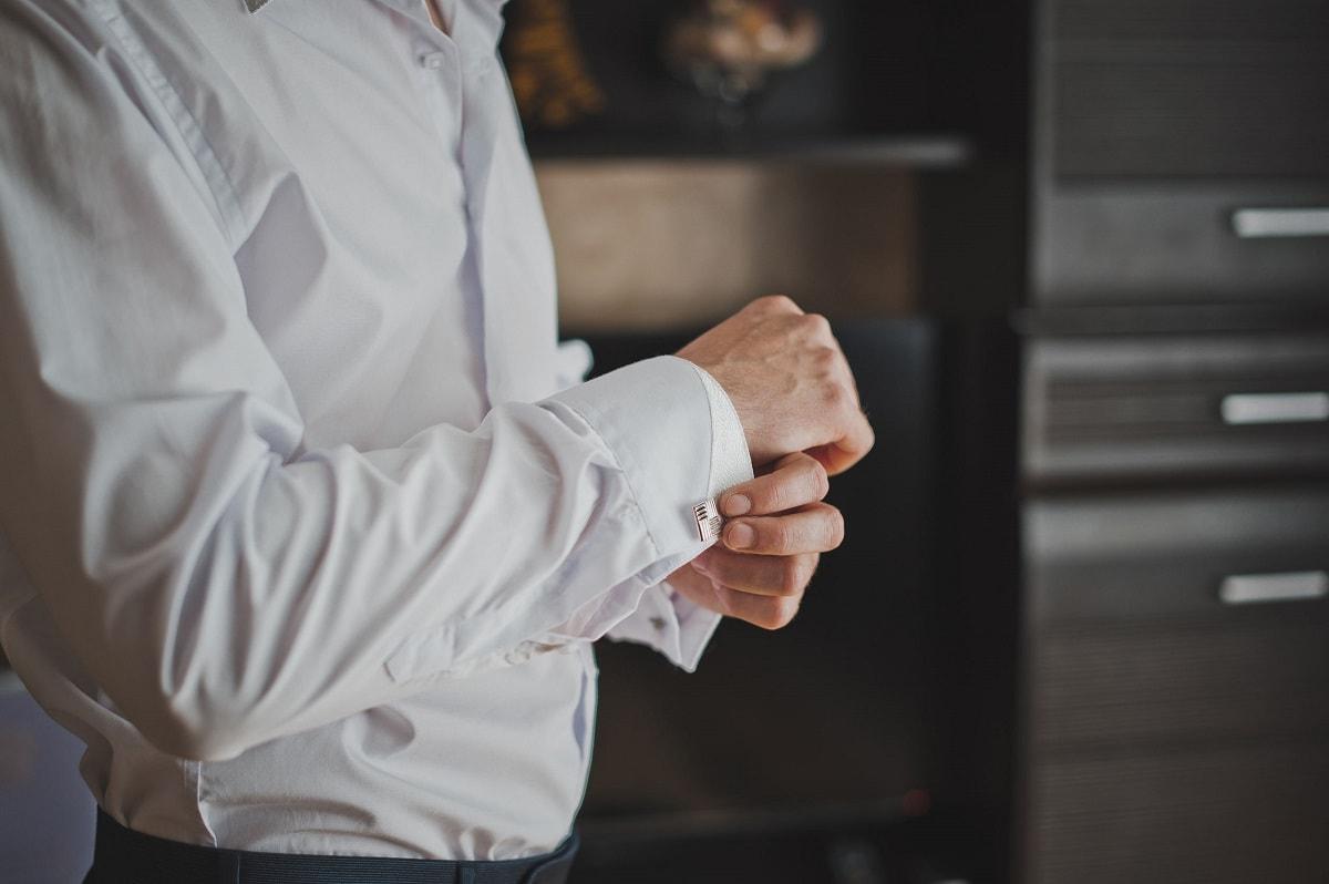 Mand knapper manchetknapper i skjorte