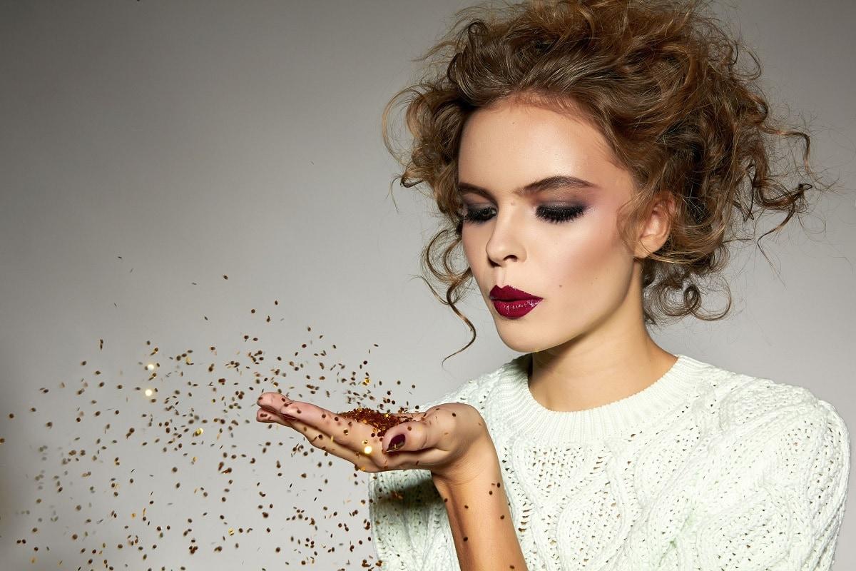 Makeup kvinde der spreder duft