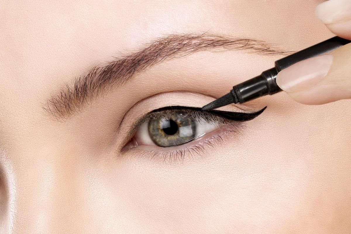 Brug af øjenvippe serum