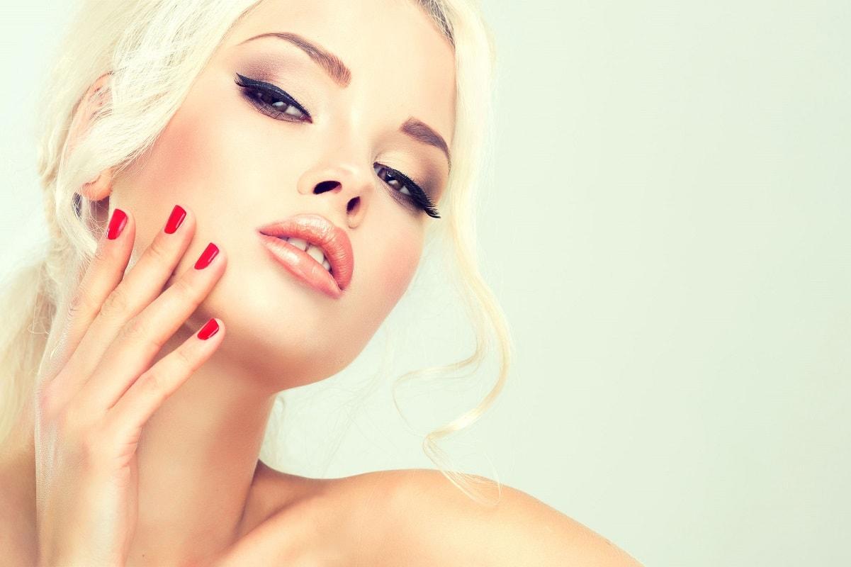Kvinde der mærker parfumeduft