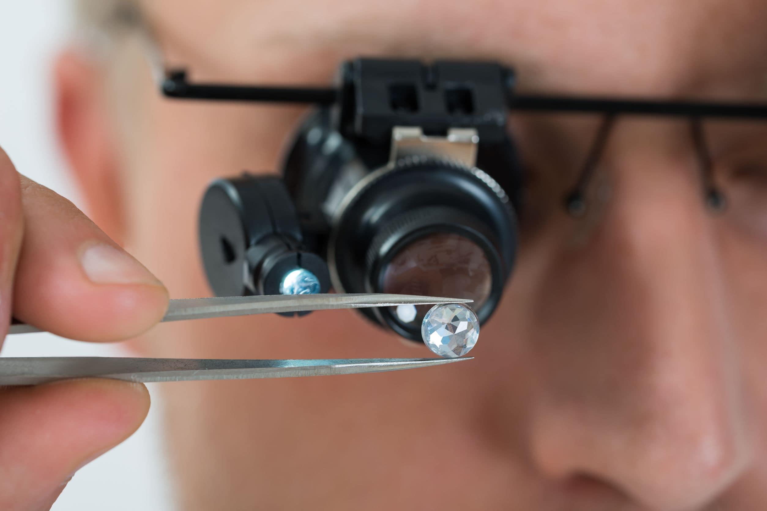 Ekspert vurderer en diamant