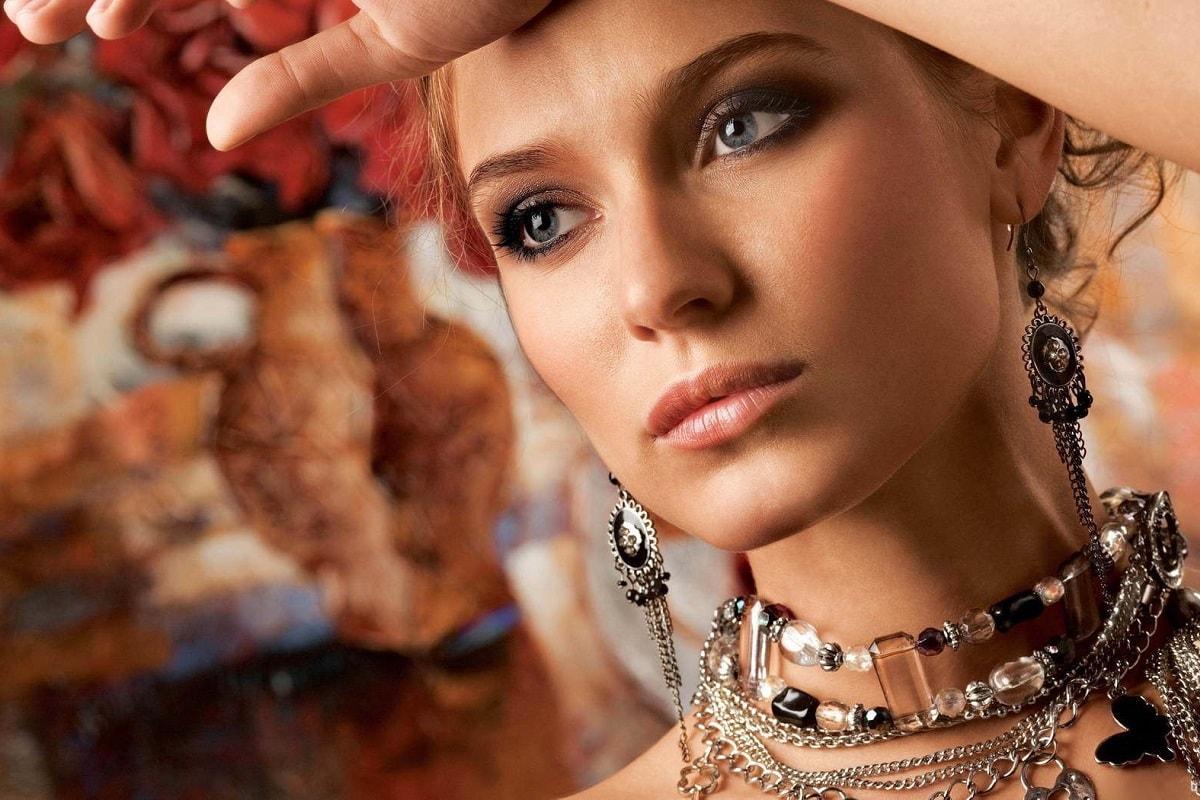 Kvinde med mange smykker