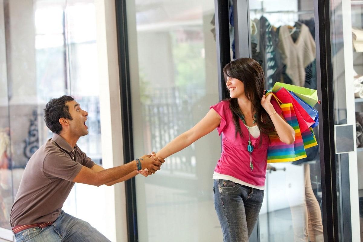 Mand forsøger at stoppe kvinde i at shoppe