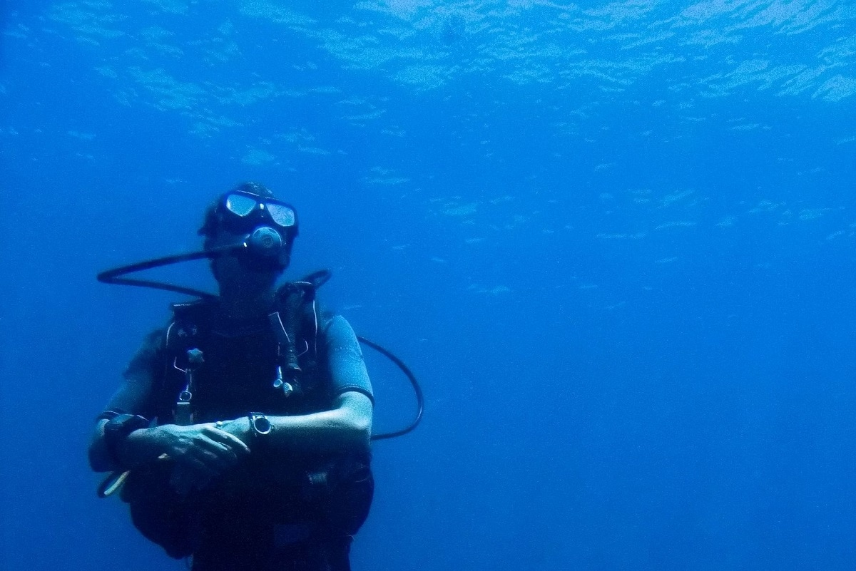 Dykker justerer sit dykkerur