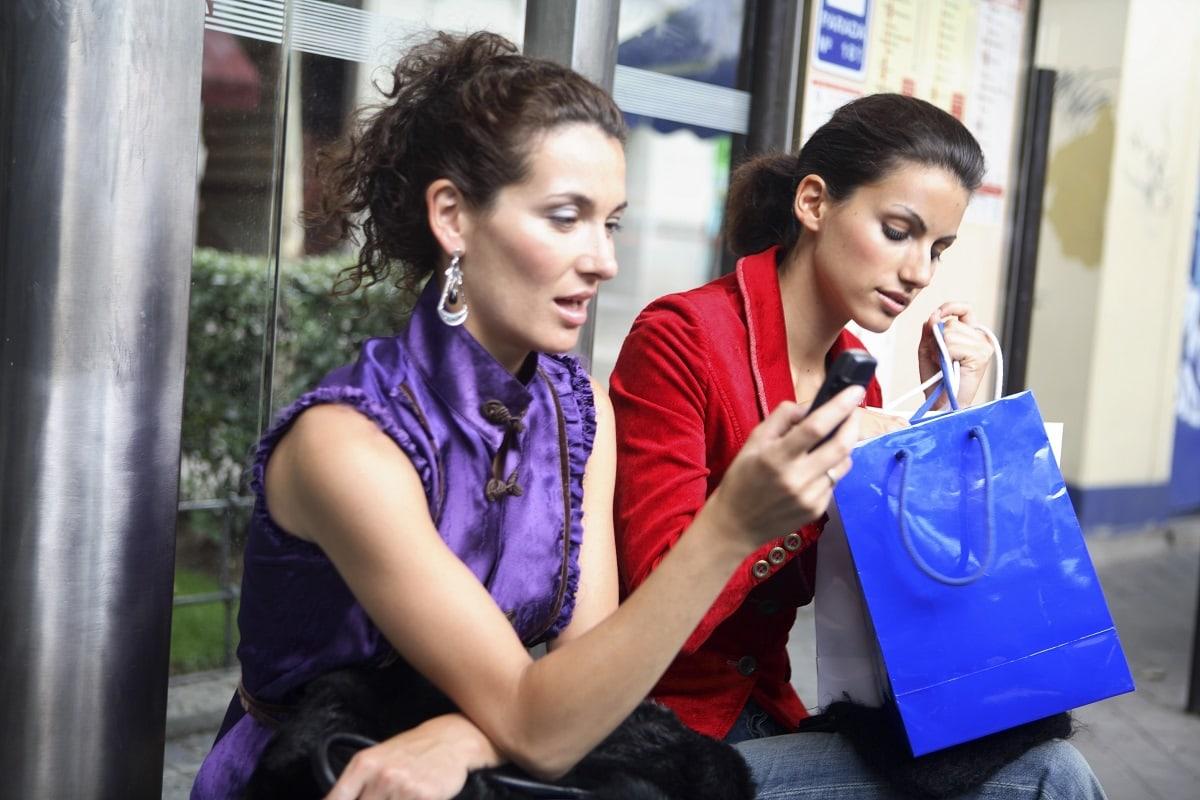To kvinder snakker om deres shopping