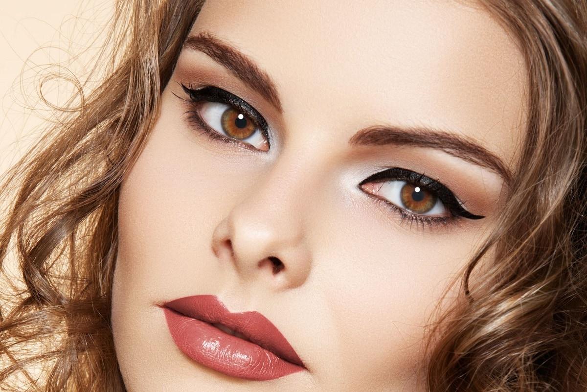 Kvinde med flotte øjenbryn