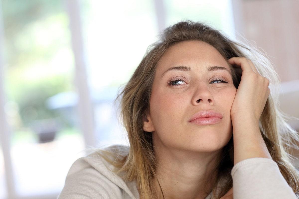 Træt kvinde med hævede øjenlåg