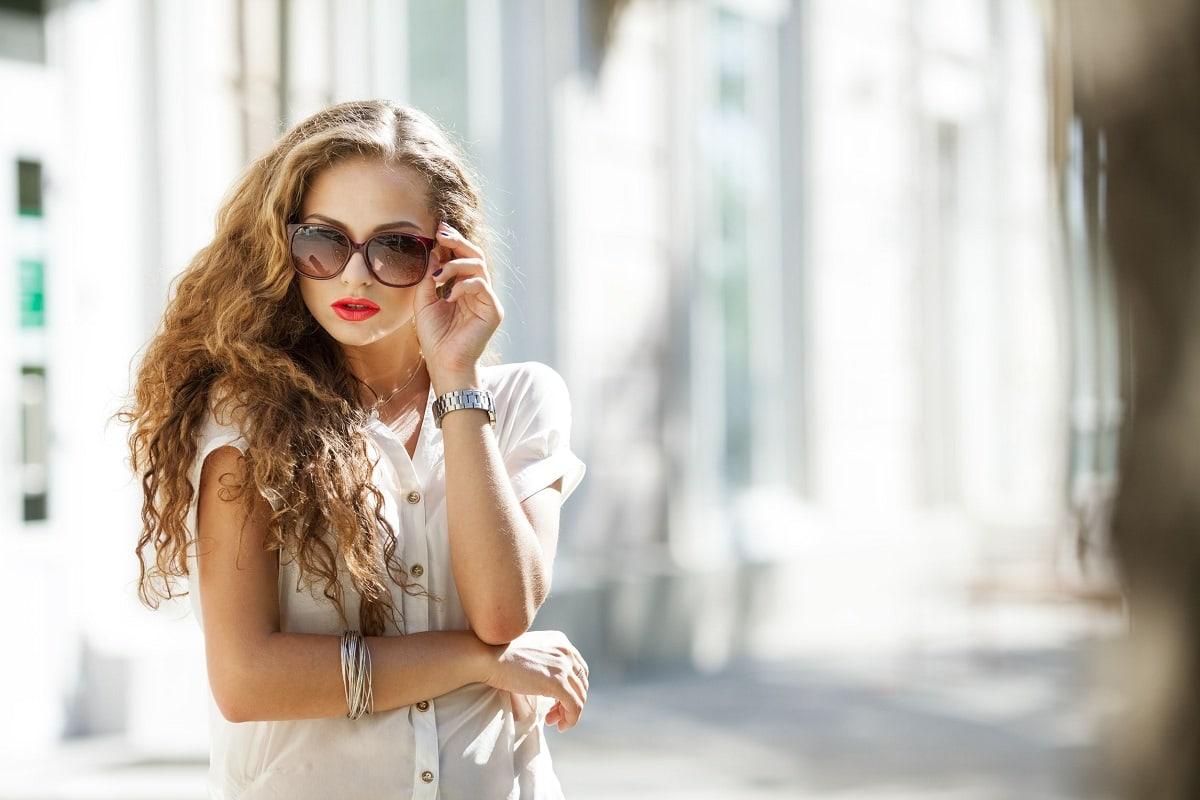 Smuk kvinde med solbriller
