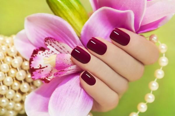 8 neglelak tips du skal kende hvis du vil have neglelak der holder
