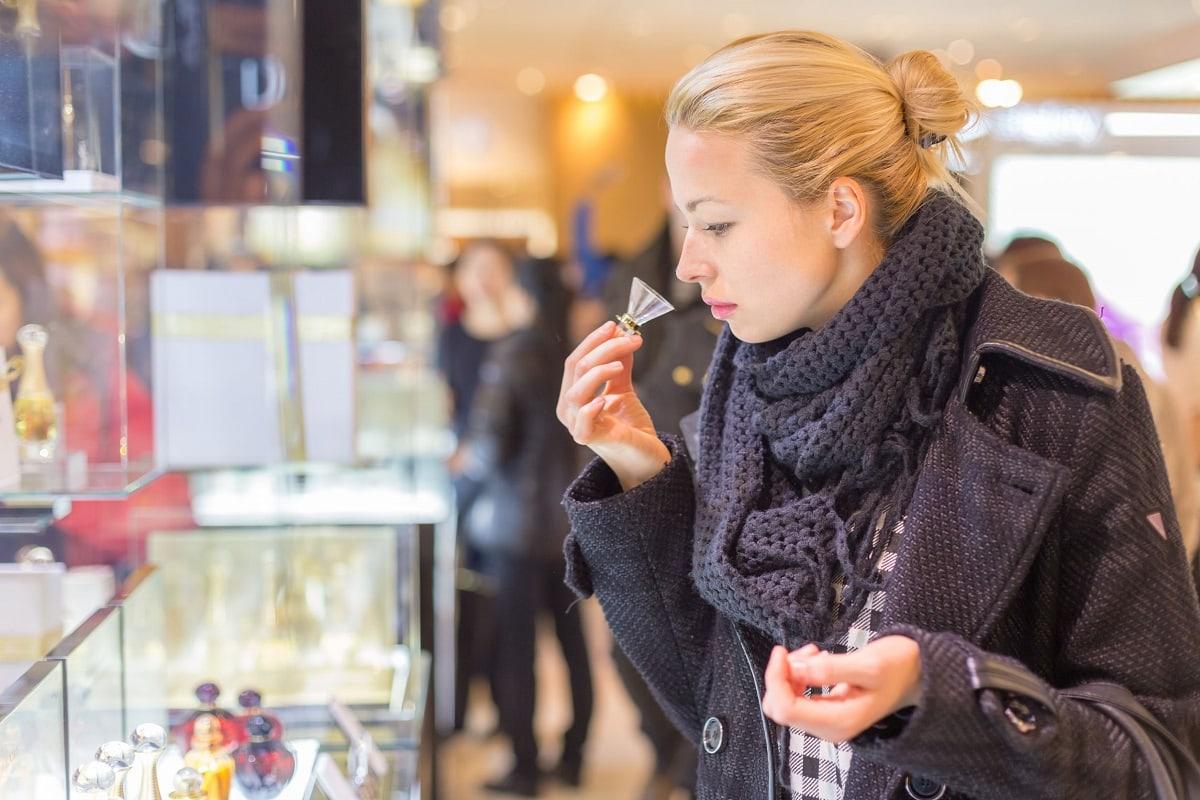 Kvinde der teste parfume i butik