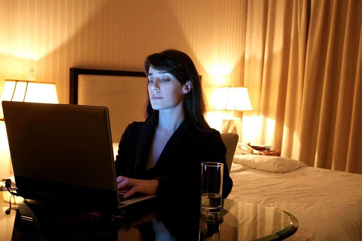 Kvinde der arbejder ved en computer