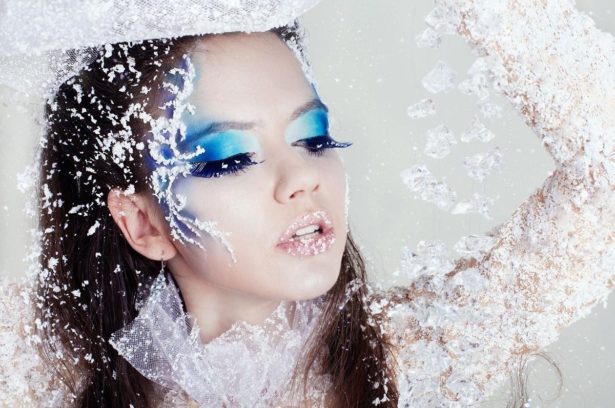 Kvinde med vild makeup