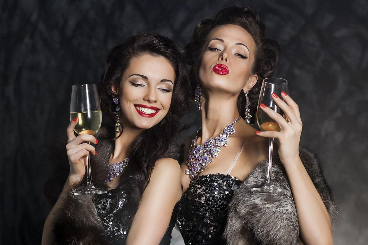 To kvinde med nytårs makeup