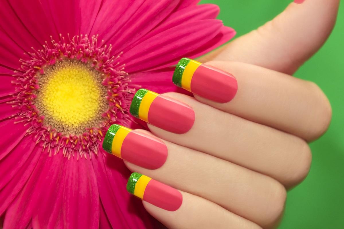 Gele-neglelak i forskellige farver