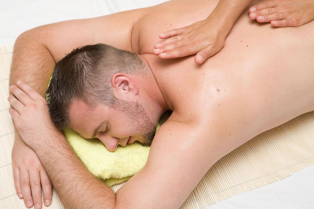 Mand der får kokosolie massage