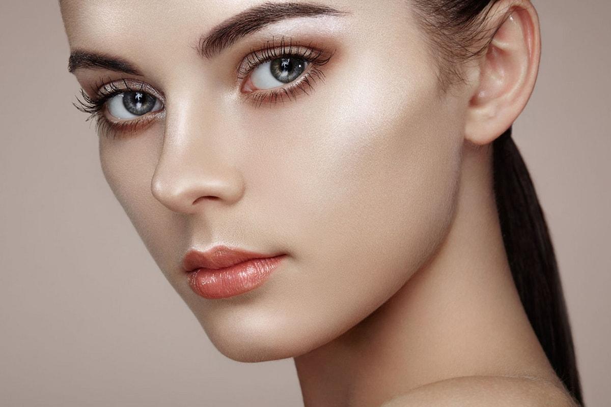 Kvinde med contouring og highlighter makeup