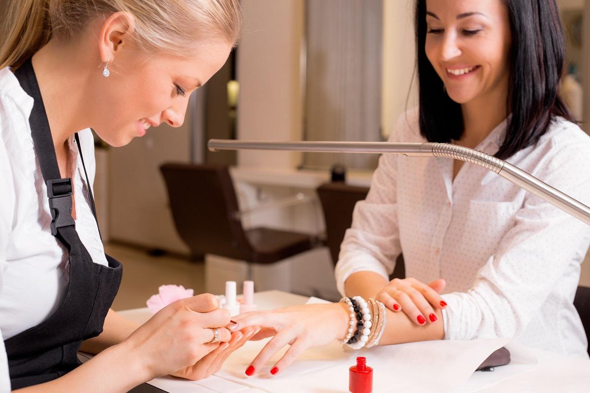 Kvinde får lavet negle