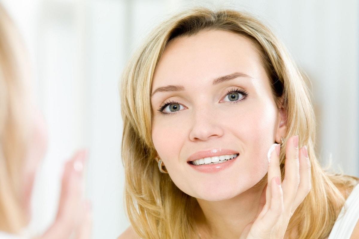 Kvinde der bruger ansigtscreme