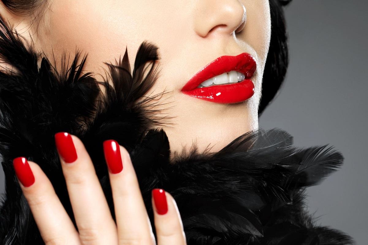 Kvinde med den bedste røde neglelak