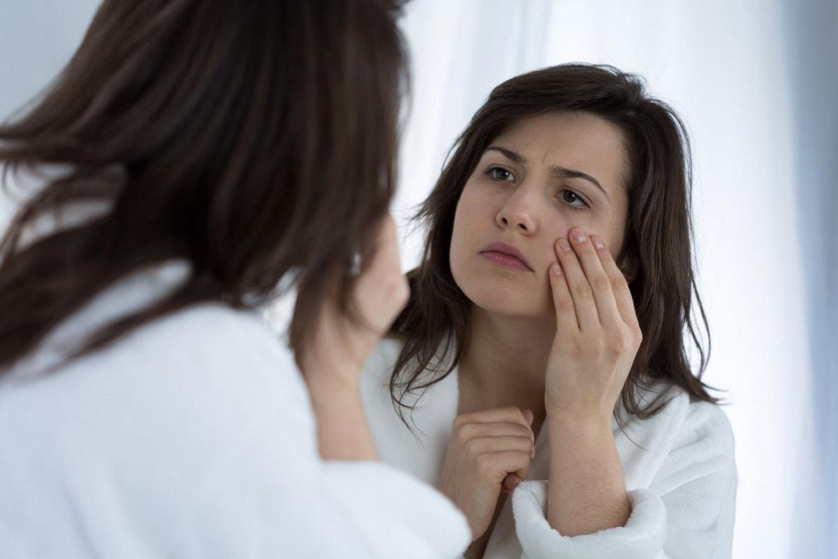 Kvinde bruger creme mod poser under øjnene