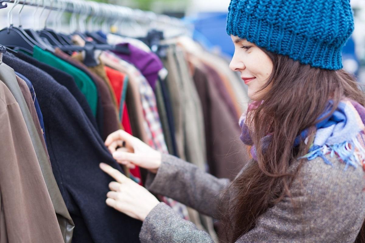 Kvinde der kigger på tøj på loppemarked