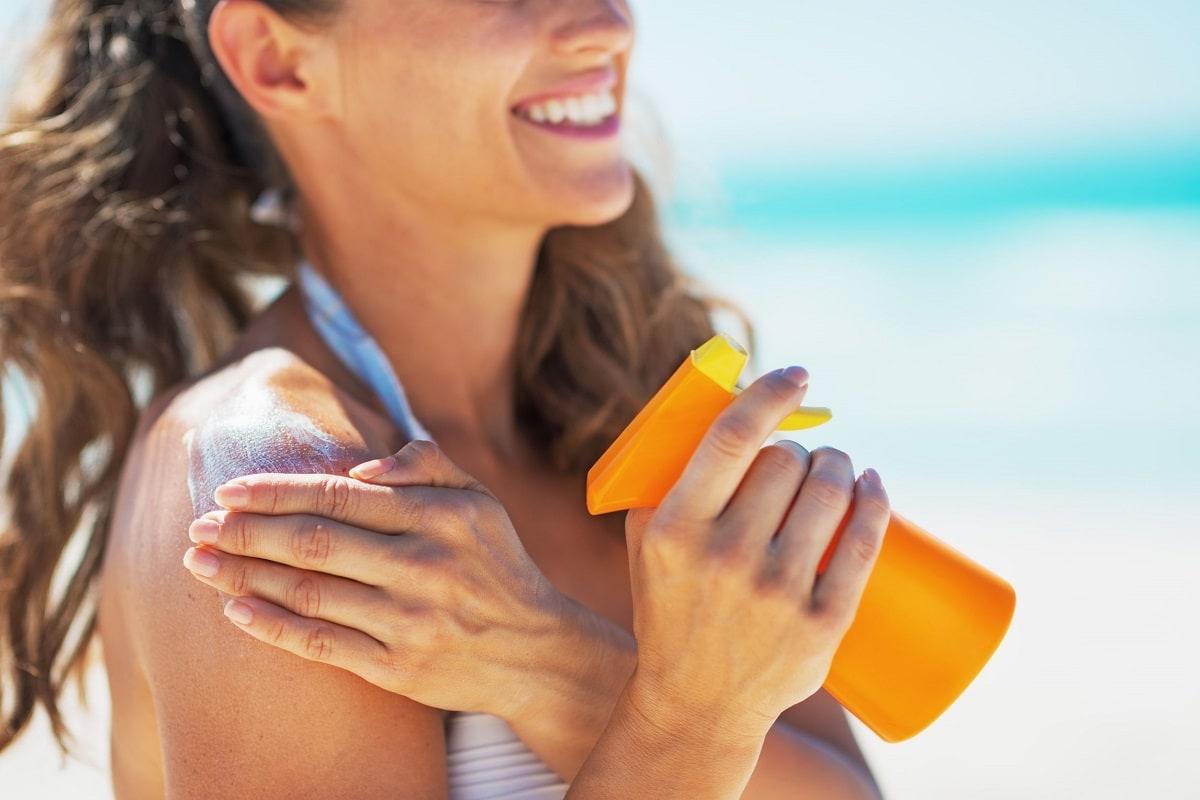 Kvinder der bruger solcreme