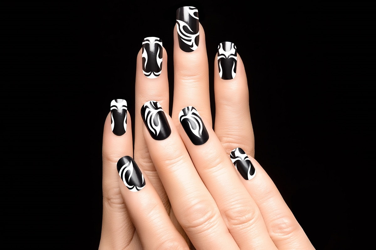 Sort neglelak og nail art