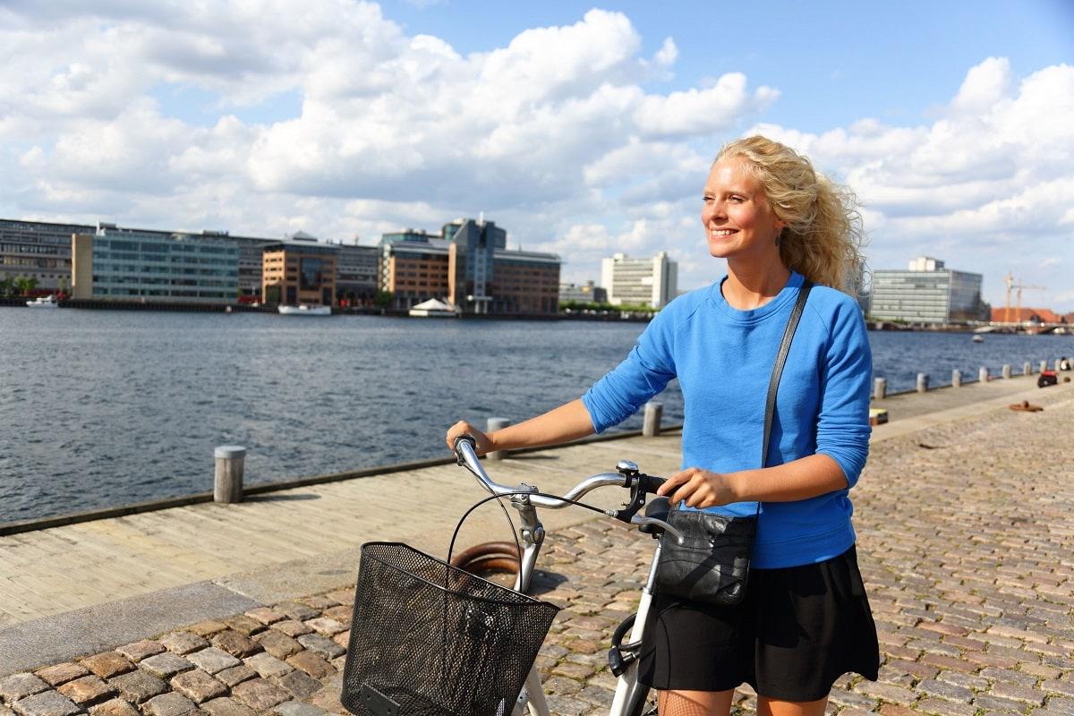 Kvinde i tøj fra danske tøjmærker