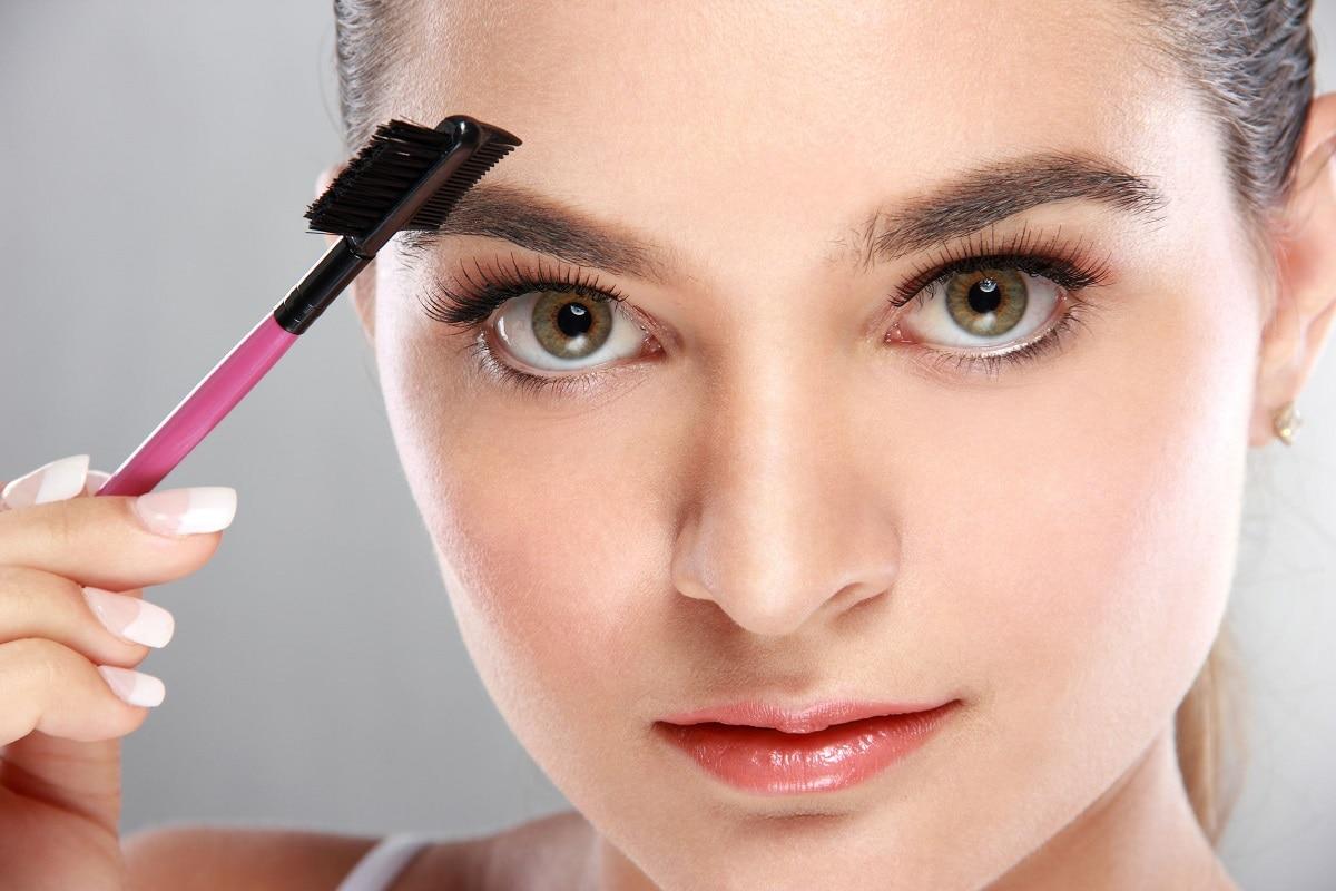 Kvinde der bruger øjenbrynsbørste