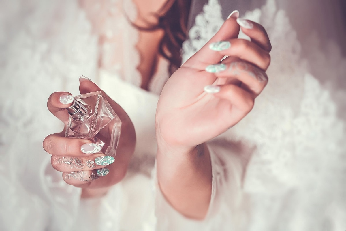 Kvinde bruger parfume