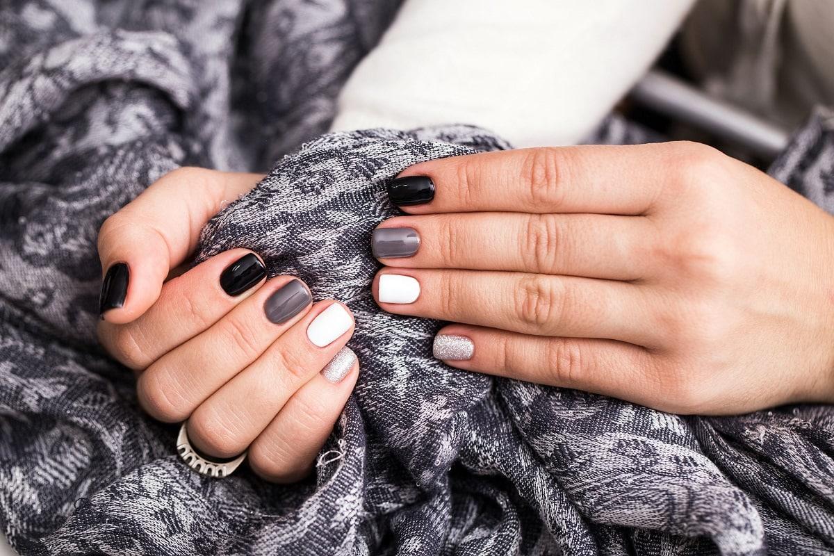 Hvid og sort neglelak