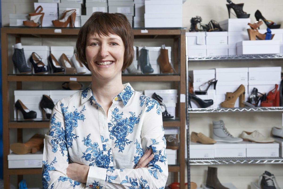 Kvinde med en online skobutik